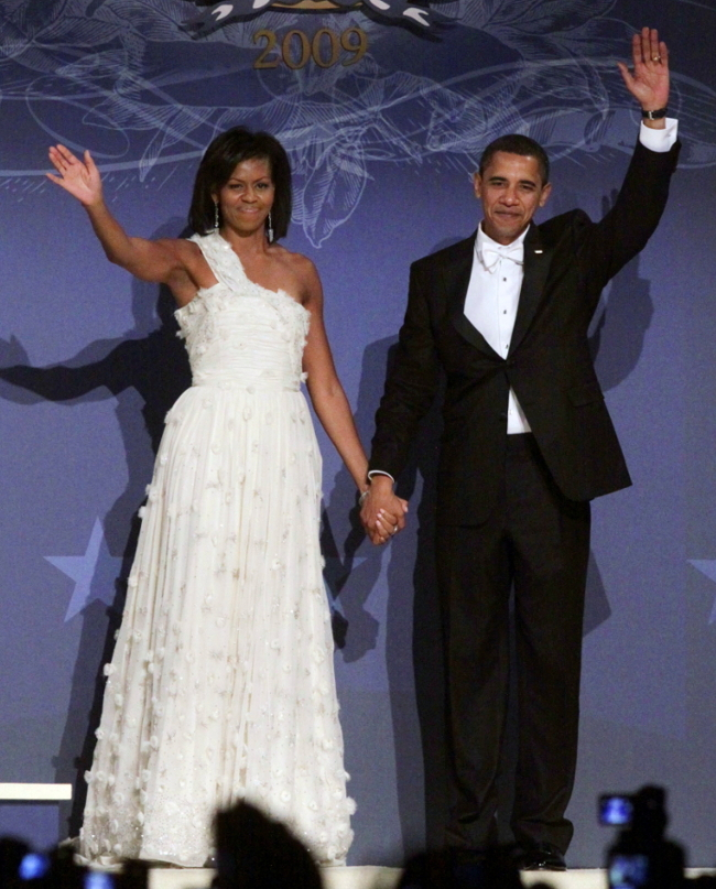 This Jan. 21, 2009 file photo shows President Barack Obama and first lady Michelle Obama, in a one-shouldered white gown by designer Jason Wu, at the Southern Inaugural Ball at the DC Armory in Washington. (AP-Yonhap)