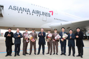 Officials, including Asiana Airlines President & CEO Kim Soo-cheon (fifth from left), celebrate the launch of the sixth A380 at Incheon International Airport on Friday. (Asiana Airlines)