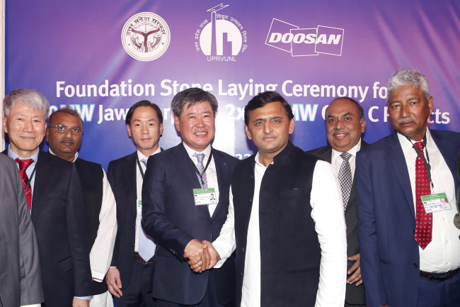 Doosan Heavy Industries and Construction Executive Vice President Kim Hun-tak (fourth from left) shakes hands with Uttar Pradesh Chief Minister Akhilesh Yadav at the foundation stone laying ceremony held in Jawaharpur coal power plant construction site in Uttar Pradesh, India, Friday. (Doosan Heavy Industries and Construction)