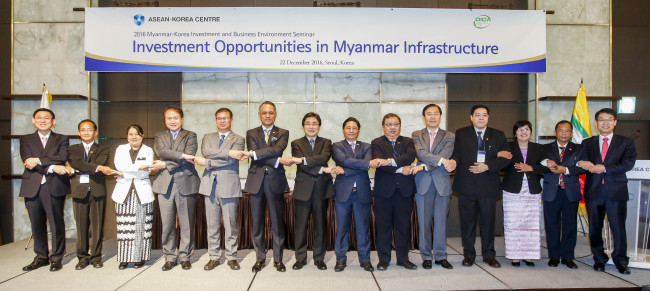Participants pose at the Investment and Business Environment Seminar on Myanmar in Seoul on Thursday, jointly organized by the ASEAN-Korea Center and the Myanmar Directorate of Investment and Company Administration. (ASEAN-Korea Center)