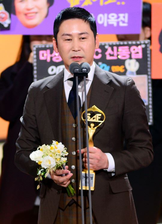 Shin Dong-yup receives a prize at the SBS Entertainment Awards held in Yeouido, Seoul on Sunday. (SBS)