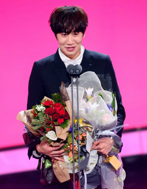 Lee Kwang-soo receives a prize at the SBS Entertainment Awards held in Yeouido, Seoul on Sunday. (SBS)