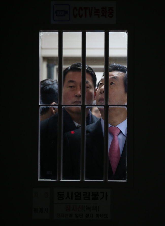 Lawmakers pay a vist to the detention center to interview with Choi Soon-sil. Yonhap