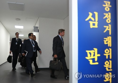 Qualcomm officials enter a courtroom of the Fair Trade Commission in Sejong, central South Korea, on Dec. 28, 2016. (Yonhap)