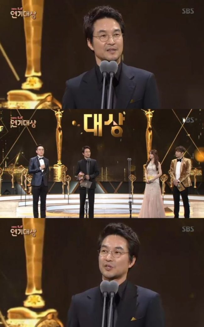Han Suk-kyu receives the award for top actor at the SBS Awards Festival Drama Awards Saturday evening in Seoul's Sangam-dong. (SBS)