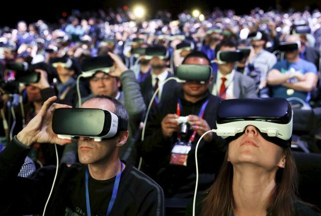 Journalists and participants wear the Samsung Gear VR headset at the company's flagship Galaxy S7 launch event in Barcelona in February 2016. (Yonhap)