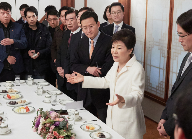 President Park Geun-hye (second from right) speaks with reporters during a New Year`s meeting at a guest house within Cheong Wa Dae. (Yonhap)