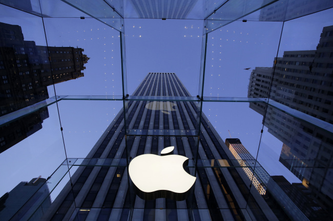 The Apple logo at the entrance of the Apple Store on Fifth Avenue in New York. Photo taken in Sept. 2014 (AP-Yonhap)