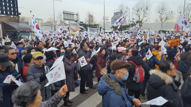 친박단체들이 서울 강남에 모였다. 탄기국이 오후 1시 56분 서울 삼성동 코엑스 앞에서 '정치특검 분쇄'를 요구하는 집회를 벌이고 있다. 유오상 기자/osyoo@heraldcorp.com
