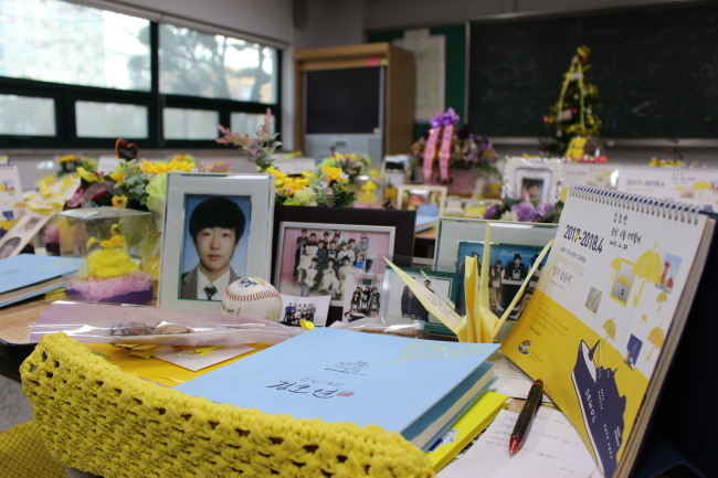 A pile of gifts from visitors and letters on the desk of Kim Ho-yeon. (Jo He-rim/The Korea Herald)
