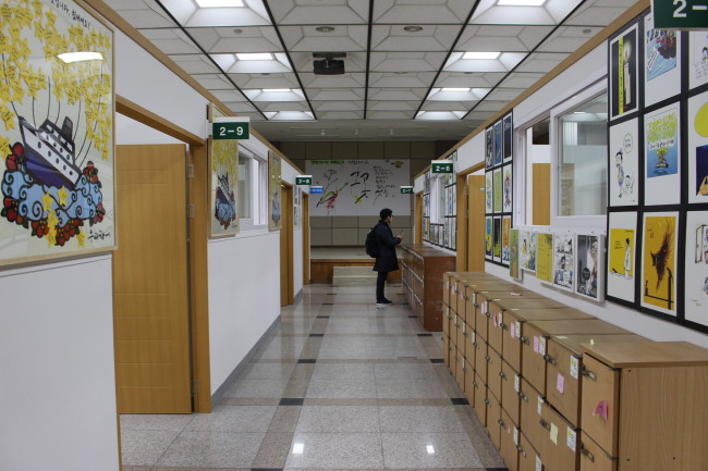A visitor looks at the wall of the Memorial Classrooms relocated to Ansan Office of Education, Gyeonggi Province on Dec. 30. (Jo He-rim/The Korea Herald)