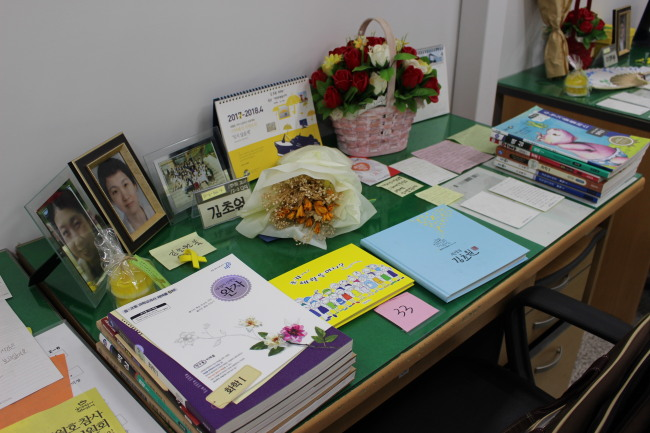 A pile of gifts from visitors and letters are laid on the desk of teacher Kim Cho-won. (Jo He-rim/The Korea Herald)