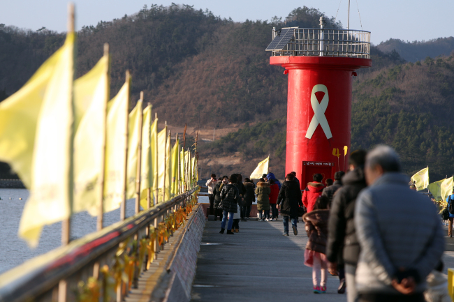 Citizens on Friday visit Paengmok port, the area close to the sea where Sewol ferry sank to claim the lives of 304 passengers en route to southern island of Jeju on April 16, 2014. (Yonhap)