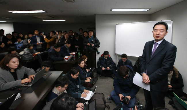 Former UN Secretary-General Ban Ki-moon's spokesperson Lee Do-woon briefs reporters Wednesday morning, the day before Ban's homecoming, at the former UN chief's new office in central Seoul (Yonhap)