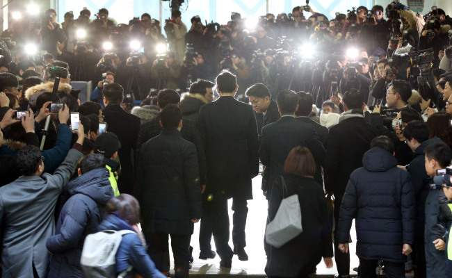Samsung Electronics Vice Chairman Lee Jae-yong (center) faces the press and the protestors before entering special counsel office in Daechi-dong, Seoul, Thursday. (Yonhap)