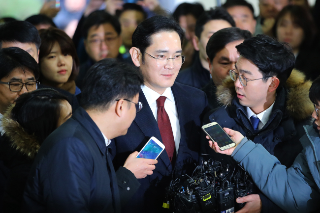 Samsung Electronics Vice Chairman Lee Jae-yong (center) is surrounded by the press as he enters the special counsel office in Daechi-dong, Seoul, Thursday. (Yonhap)