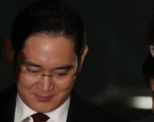 Lee Jae-yong returns home after being grilled by the special counsel on Friday morning. (Yonhap)