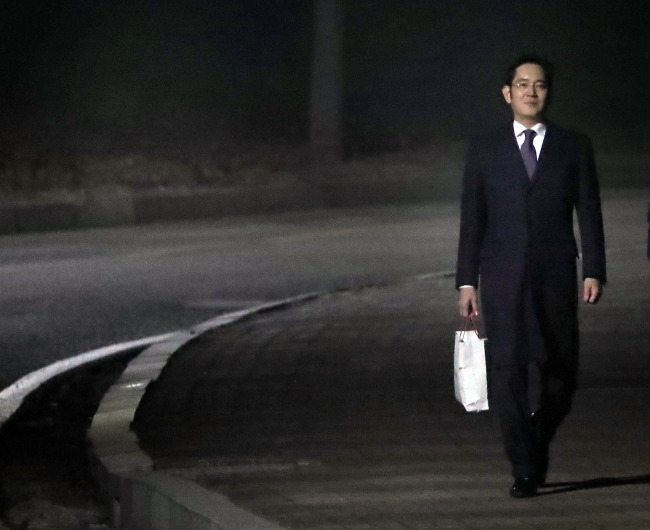 Lee Jae-yong leaves Seoul Detention House in Uiwang, Gyeonggi Province, early morning on Jan. 19.