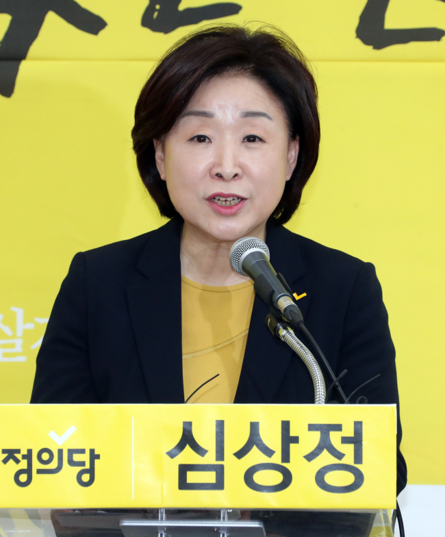 The minority Justice Party chief Sim Sang-jeung declares her candidacy for the upcoming presidential election on Thursday (Yonhap)