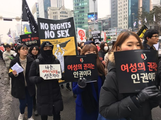 Protestors march across southern Seoul for Women's March against the US President Donald Trump on Saturday. (Ock Hyun-ju/The Korea Herald)
