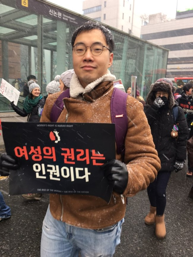 Kim Seong-kwan, 31, poses for a photo while marching across southern Seoul for Women's March against the US President Donald Trump on Saturday. (Ock Hyun-ju/The Korea Herald)