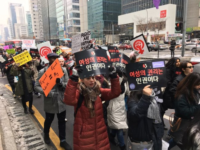 Protestors march across southern Seoul for Women's March against the US president Donald Trump on Saturday. (Ock Hyun-ju/The Koreal Herald)