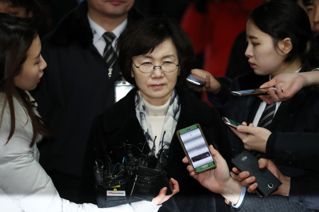 Choi Kyung-hee, ex-chief of Ewha Womans University, is surrounded by reporters as she arrives at the Seoul Central Districdt Court on Jan. 24, 2017, ahead of a court decision on her arrest. Yonhap