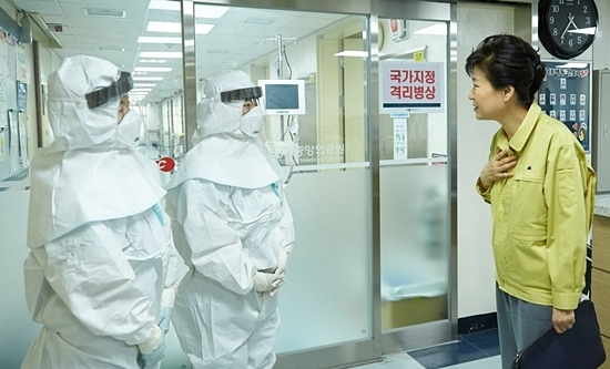 President Park Geun-hye visits a medical facility during the MERS outbreak in May 2015(Yonhap)