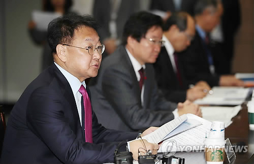 South Korea's Finance Minister Yoo Il-ho (L) speaks at a ministerial-level meeting in Seoul on Jan. 25, 2017. (Yonhap)