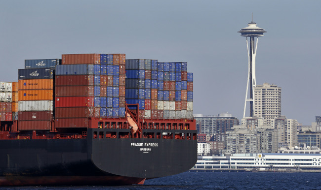 A container ship carrying import goods is anchored in Seattle in the United States. (AP-Yonhap)