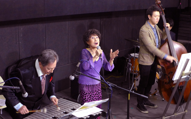 "Korea-born singer Kim Min-ja (center) performs beside her husband Tommy Vig (left), a Hungarian American jazz musician who fled Hungary during the 1956 revolution and settled in the US, at a screening of the film ""Try to Remember"" at Arthouse Momo at Ewha Womans University in Seoul on Jan. 20. (Joel Lee/The Korea Herald)"