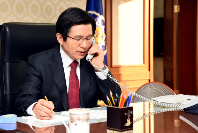 Acting President and Prime Minister Hwang Kyo-ahn speaks to US President Donald Trump on the phone (Yonhap)
