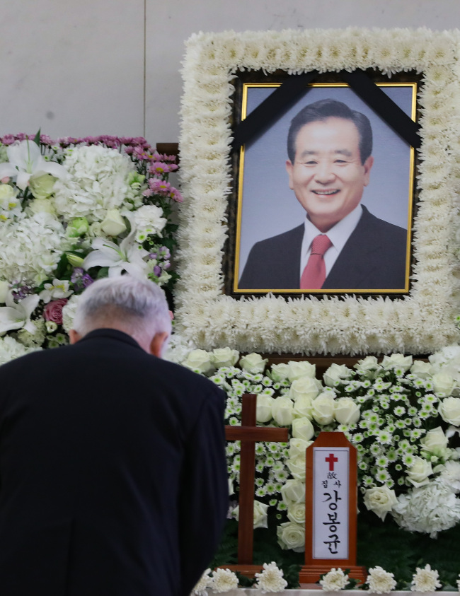 A mourner pays respects at the funeral home of former Finance Minister Kang Bong-kyun in Seoul on Wednesday. (Yonhap)
