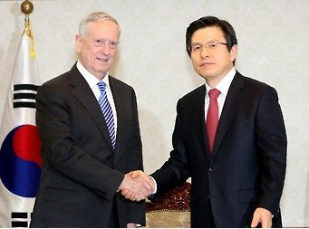 Acting President and Prime Minister Hwang Kyo-ahn (Right) shakes hands with U.S. Defense Secretary James Mattis at the Government Building in Seoul on Feb. 2, 2017. Mattis began his two-day visit to South Korea in his first overseas trip aimed at underscoring the U.S. security commitment to the Asian ally amid growing threats from North Korea. (Yonhap)