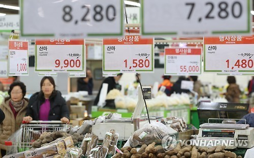 People shop at a discount store in southern Seoul on Feb. 2, 2017. (Yonhap)