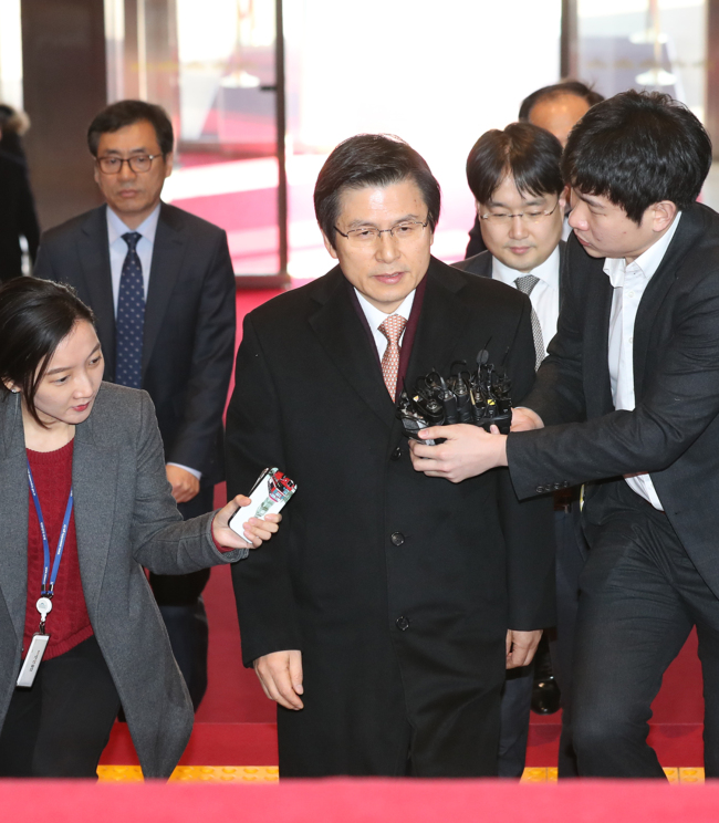 Prime Minister and Acting President Hwang Kyo-ahn enters the National Assembly on Friday to attend the interpellation on non-economic sectors. (Yonhap)