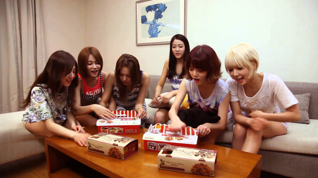 In this screen captured image, South Korean girl group AOA's members order fried sweet and sour chicken from Foodinno, a franchise company with 150 branches across the country. AOA modelled for the company in 2014. (Foodinno)