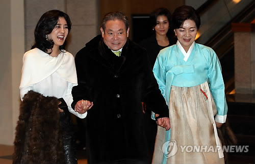 Samsung Chairman Lee Kun-hee (middle), holds hands with second daughter Lee Boo-jin (left) and his wife Hong Ra-hee (right) at Hotel Shilla in central Seoul in Jan. 2014. (Yonhap)