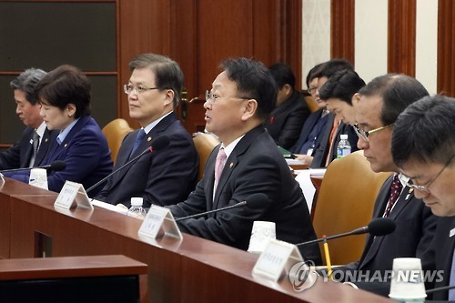 South Korea's Finance Minister Yoo Il-ho (center) speaks at an economy-related ministers' meeting in Seoul on Feb. 16, 2017. (Yonhap)