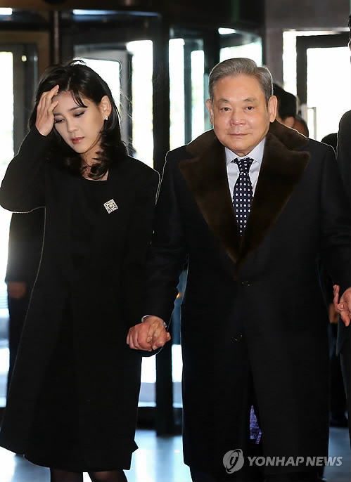Samsung Group Chairman Lee Kun-hee (right) is accompanied by his eldest daughter Lee Boo-jin as they enter Shilla Hotel in Seoul on Jan. 2, 2013 to attend a New Year's ceremony with the group's senior executives. (Yonhap)