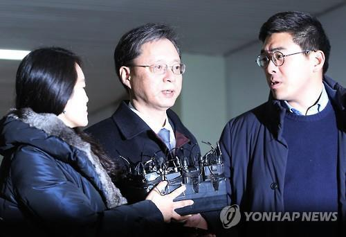 Woo Byung-woo (C), former senior presidential secretary for civil affairs, speaks to reporters after arriving at the special prosecutors' office in southern Seoul on Feb. 18, 2017. Woo is accused of abuse of authority and embezzlement. (Yonhap)
