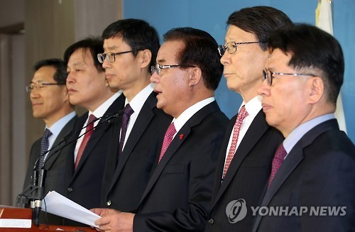 Rep. Jeong Kap-yoon (third from R, independent) holds a press conference at the National Assembly in Seoul on Feb. 14, 2017, to express his opposition to a proposed revision to commercial law. (Yonhap)