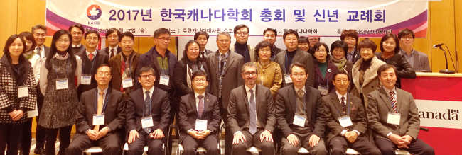 Members of the Korean Association for Canadian Studies and staff of the Canadian Embassy, including Political Counsellor Patrick Hebert, pose for a photograph at the association's general meeting at the embassy in Seoul on Friday. (Joel Lee/The Korea Herald)