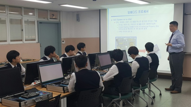 Apprentices at Yongsan Technical High School in Seoul train how to make SoC, an integrated circuit that combines components of computers or other electronic systems. (Shin Dong-yoon)
