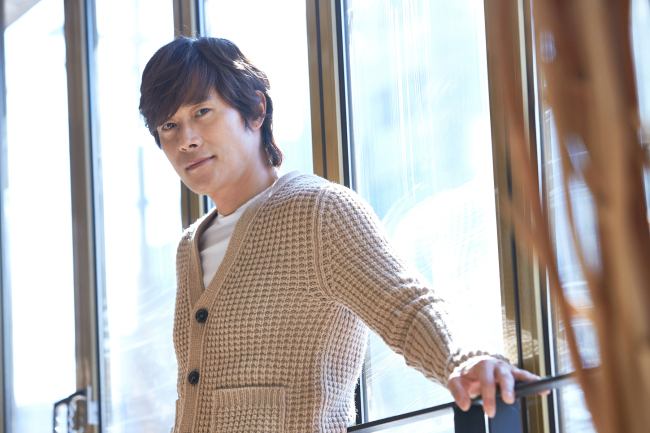 Lee Byung-hun poses for a photo before an interview Monday at a cafe in Samcheong-dong, Seoul. (All That Cinema)