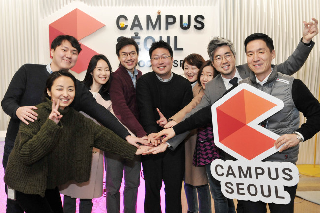 Google Campus Seoul head Jeffrey Lim (second from right) poses with local startup CEOs at the Campus Seoul headquarters in Gangnam, Seoul. (Google Korea)