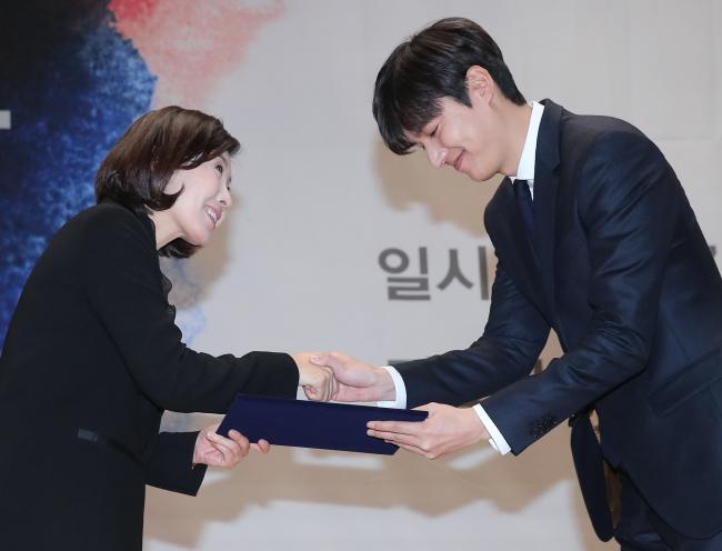 Actor Lee Min-ho receives the grand prize at the 2017 National Brand Awards held in Seoul on Wednesday. (Yonhap)