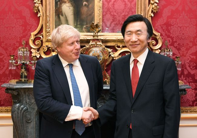 British counterpart Boris Johnson (L) and South Korean Foreign Minister Yun Byung-se (R) (Yonhap)