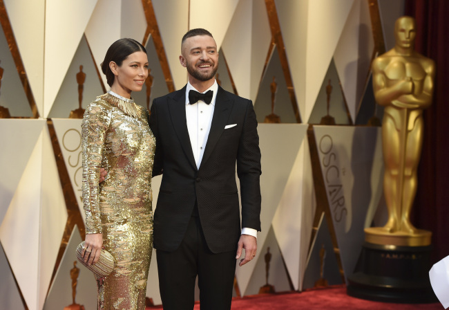 Jessica Biel (left) and Justin Timberlake arrive at the Oscars on Sunday. (AP-Yonhap)