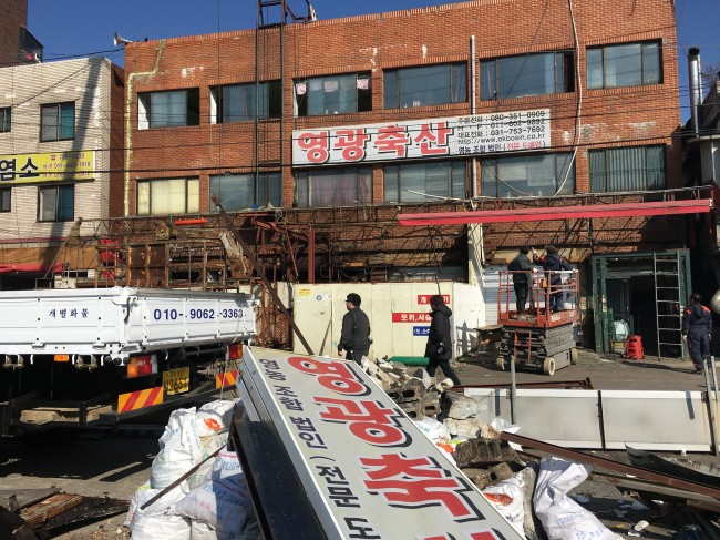 Sign boards, slaughter facilities and dog cages are removed from the dog meat shops in Moran Market in Seongnam, Gyeonggi Province, Monday. (Kim Da-sol/The Korea Herald)